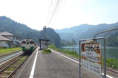 駅は只見川に面している。夏は川霧に覆われて幻想的な雰囲気になることもしばしば