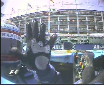 Alonso muestra los cinco dedos