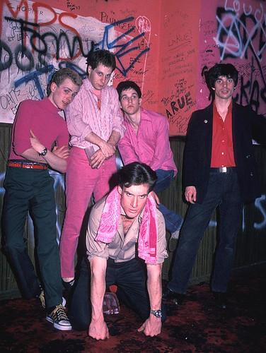 The Mumps en rosa, en los camerinos del Whisky A Go-Go. Lance, culo en pompa