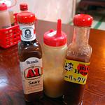 沖縄市泡瀬「ビッグハート泡瀬店」 自分は店特製のガーリックソースに生ニンニクをプラスするのが好きです。  ビッグハート泡瀬店