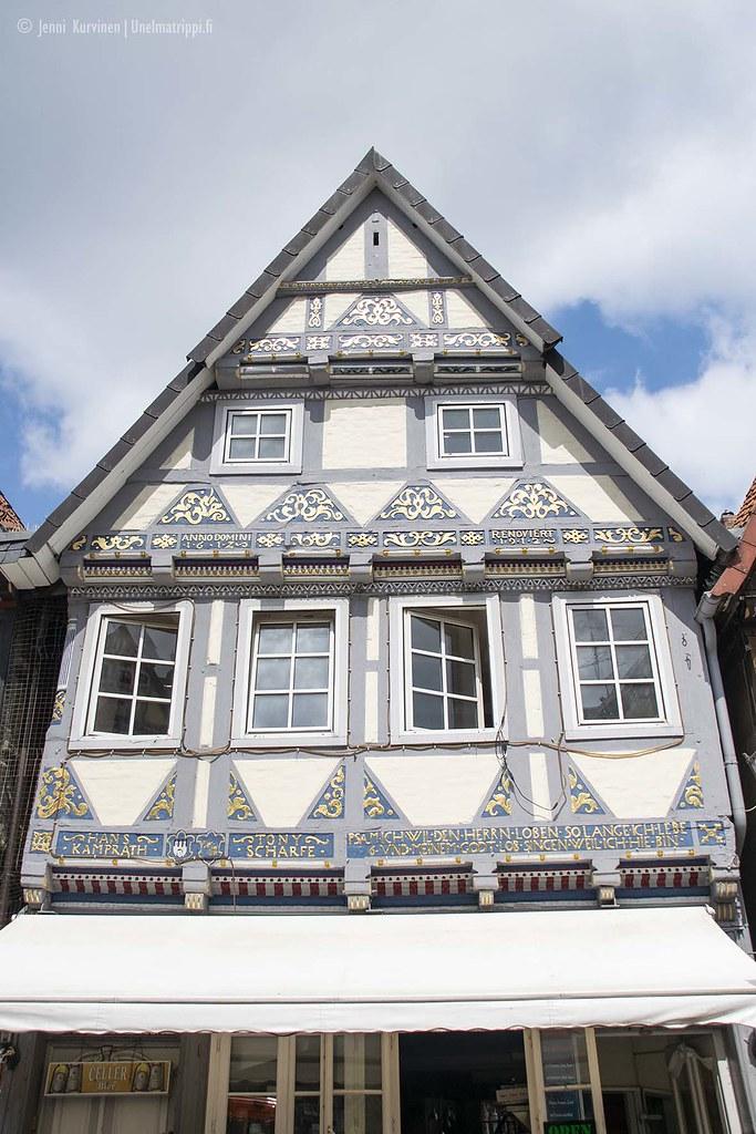 Siniharmaalla ja kullalla koristeltu talo