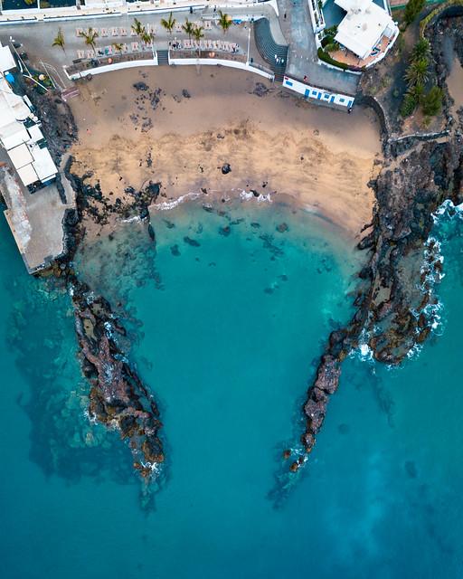 Bird eye view of an unusual beach governed by rocks / Vogelperspektive eines ungewöhnlichen Strandes regiert durch Felsen