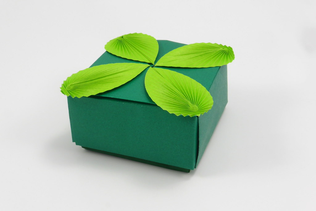 Box with Leaves (tip-to-tip, 32 divisions)