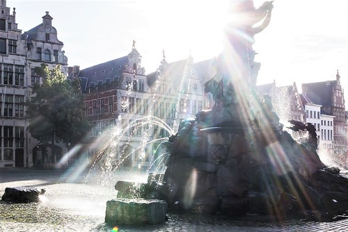 antwerpen belgium belgië grotemarkt brabo licht light tegenlicht backlight fountain straat