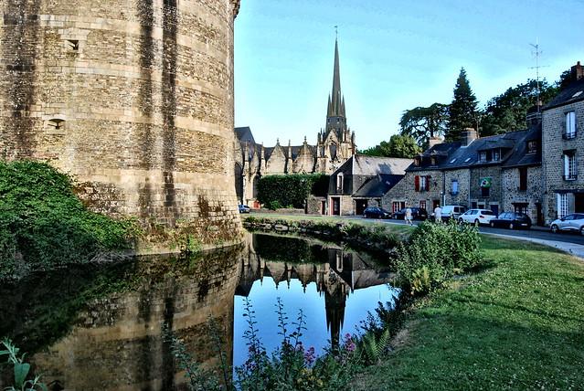 Reflets au pied du château de Fougères. reflections. castle.