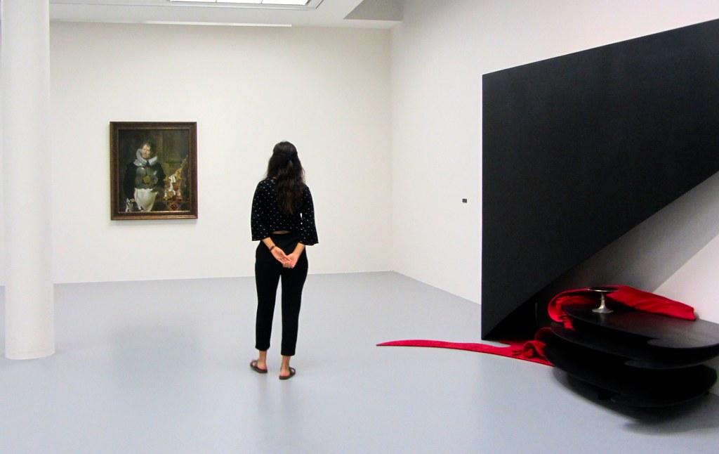 Visitante admirando una obra