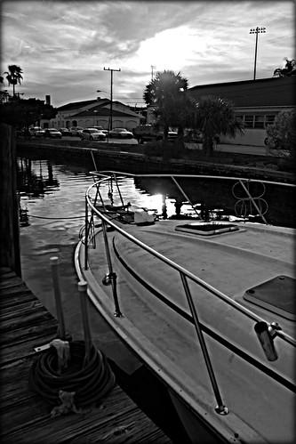 marinasunset2016 halifaxharbormarina sunset daytonabeachflorida boat yachtbasin dock buildings piling palmtrees water halifaxriver sailing