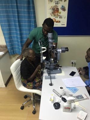 Uno de los ancianos realizando las pruebas previas a las operaciones de cataratas