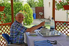 Peter Weber beim Mittagessen in der Gartenlaube
