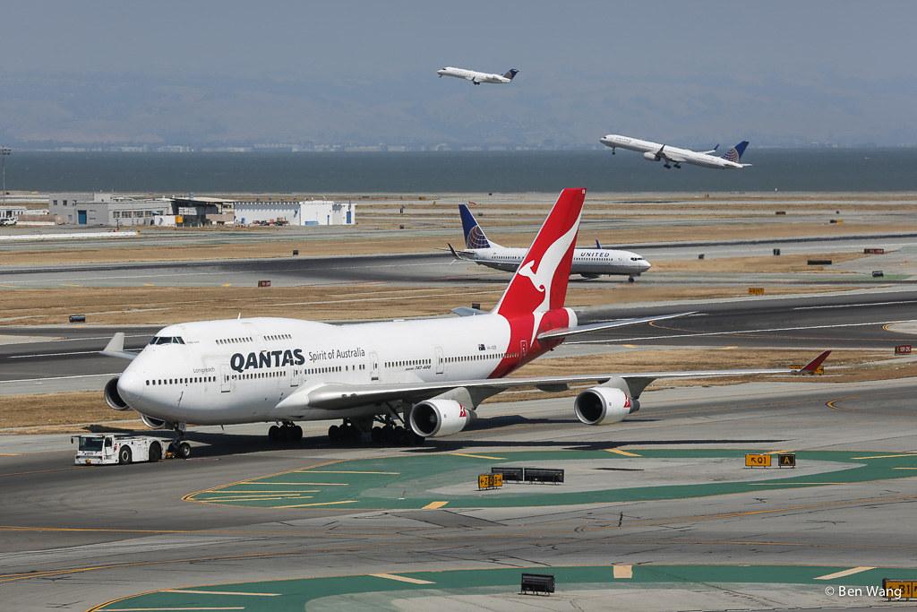 Qantas 747-400 VH-OEB | Parallel Runway 01 departures in the