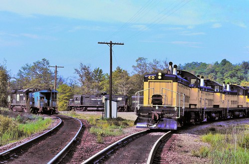 penncentral junction fallenflags alcoc425 emdsw1200 caboose railway wye cambriaindiana