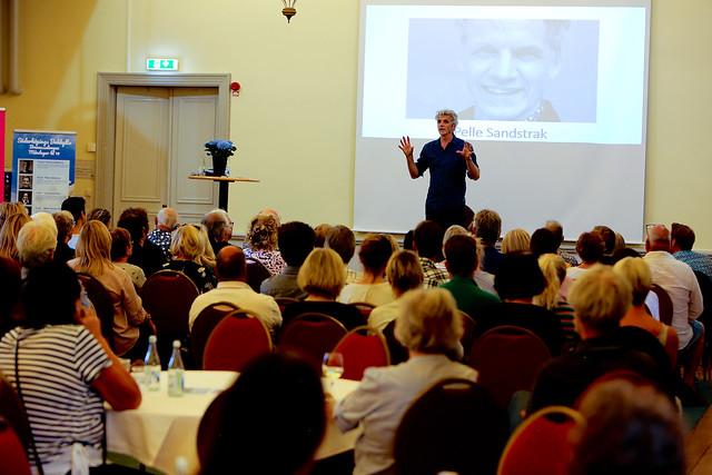 Pelle Sandstrak, berättade om sitt liv med Tourettes syndrom, vid Söderköpings Bokhyllas andra föreläsningskväll i Brunnssalongen i Söderköping i måndags.