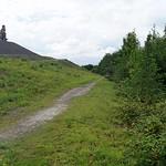 Im offenen Bereich unterhalb des Gipfels der Halde Rheinelbe ist die Himmelstreppe von überall aus zu sehen