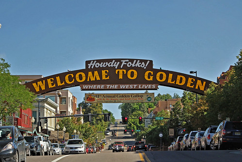 gold golden thomasgolden coorsbrewingcompany coorsbeer brewery industry mountains foothills rockmountains goldrush mainstreet banner welcome welcomebanner traffic yellowline travel tour tourism blue bluesky historicbuildings colorado jannagalski jannagal city westerntown