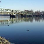 Am NSG Heisinger Bogen führt eine Fußgängerbrücke über die Ruhr