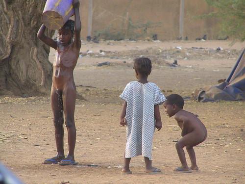 Gorom-Gorom, Kinder am duschen