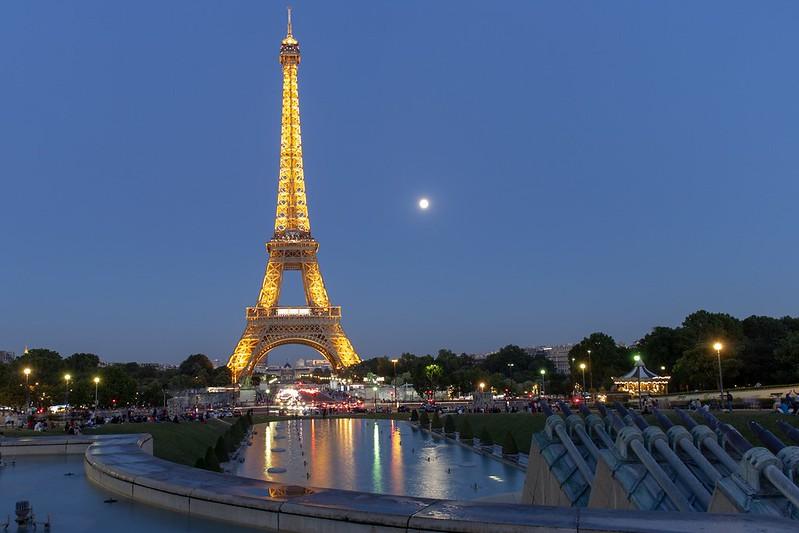 Der Eiffelturm bei Nacht.