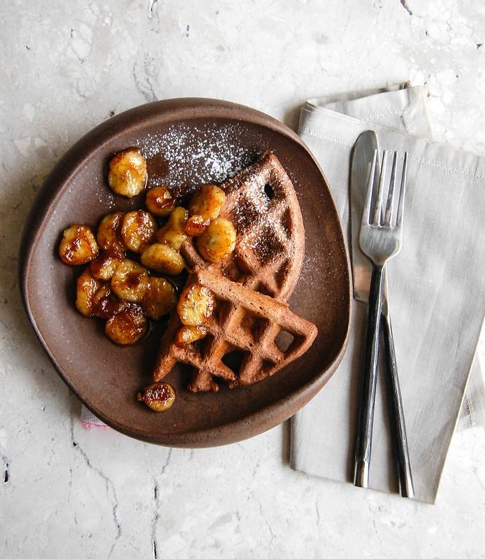 Waffles de cacau com bananas caramelizadas