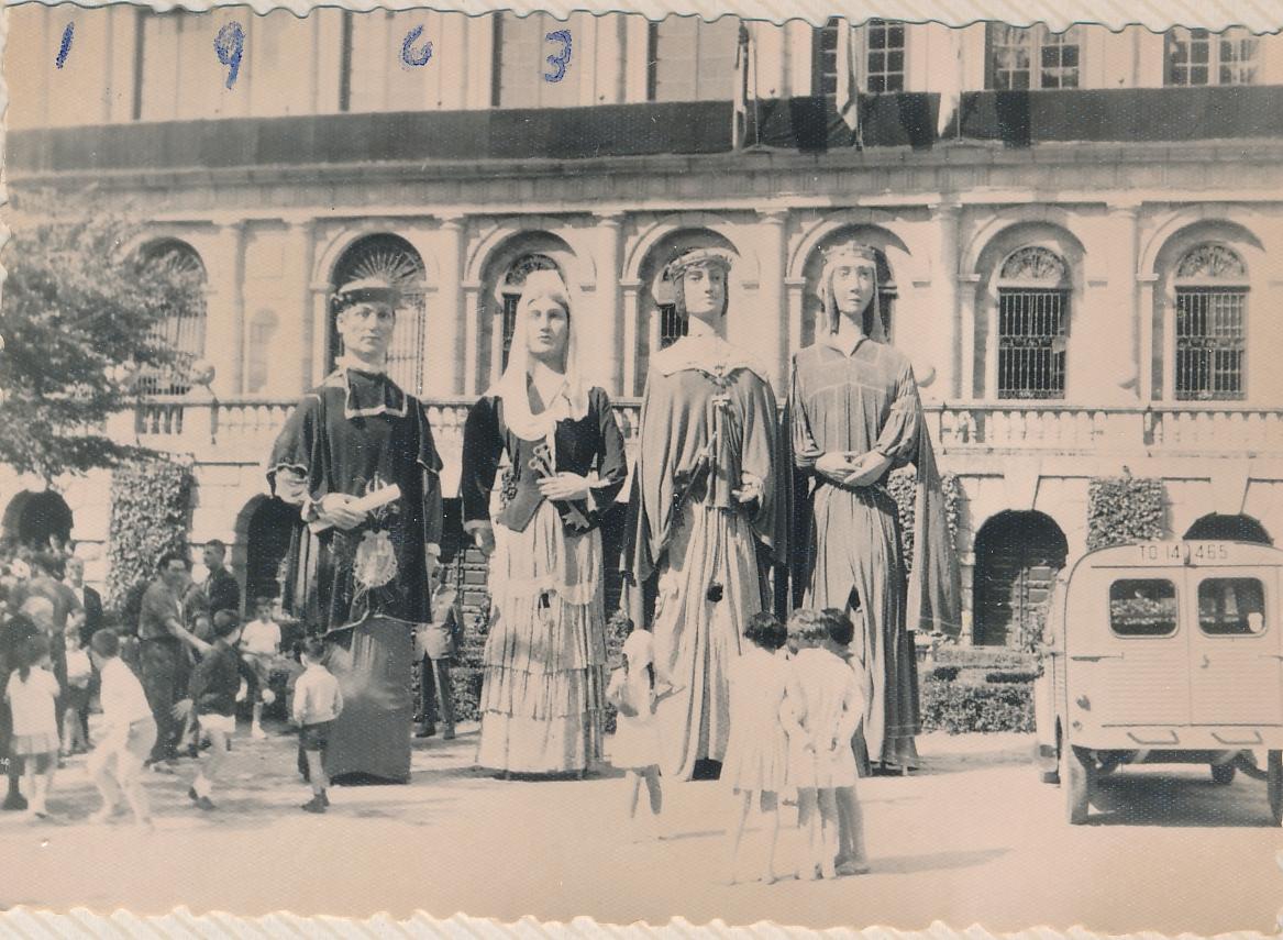 Gigantones en el Corpus de Toledo en 1963, plaza del Ayuntamiento.Fotografía de Julián C.T.
