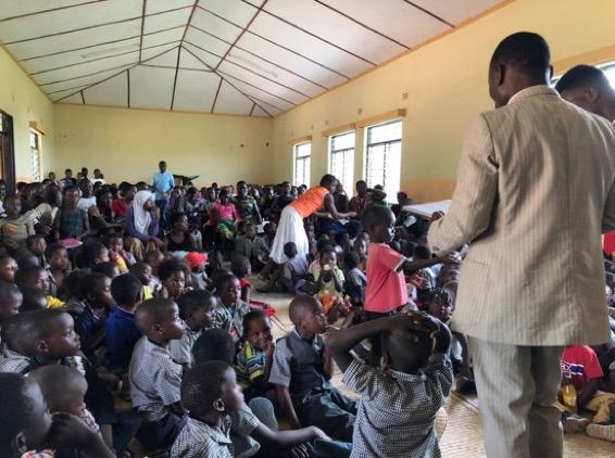 Entrega de notas y premios en el cierre de trimestre en la escuela de St. Mary's Benga
