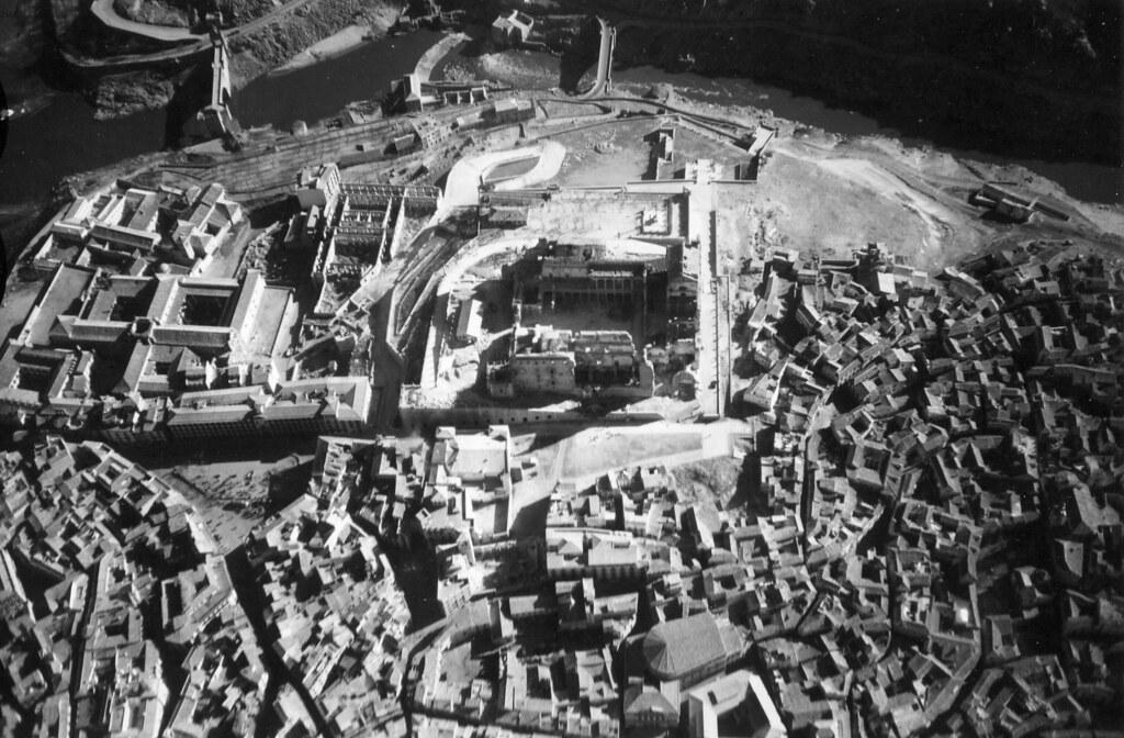 Fotografía aérea del Alcázar de Toledo y aledaños, hacia 1945. Centro cartográfico del Ministerio del Ejército.