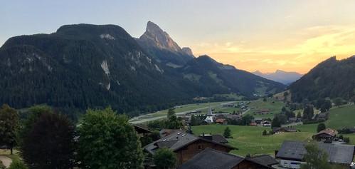 switzerland suisse schweiz gstaad berneroberland sunset sundown sonnenuntergang couchedesoleil airport aéroport flughafen flugplatz runway piste rubli alps alpen alpes mountains montagne berge huus saanen