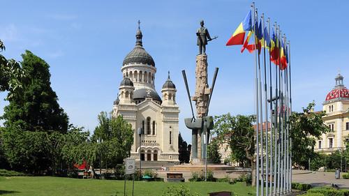 Cluj-Napoca: Statuia lui Avram Iancu si Catedrala Orthodoxă Adormirea Maicii Domnului