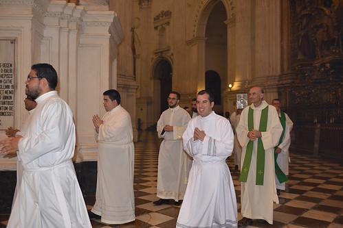 Salcedo y Anguis en su entrada a la catedral_diáconos