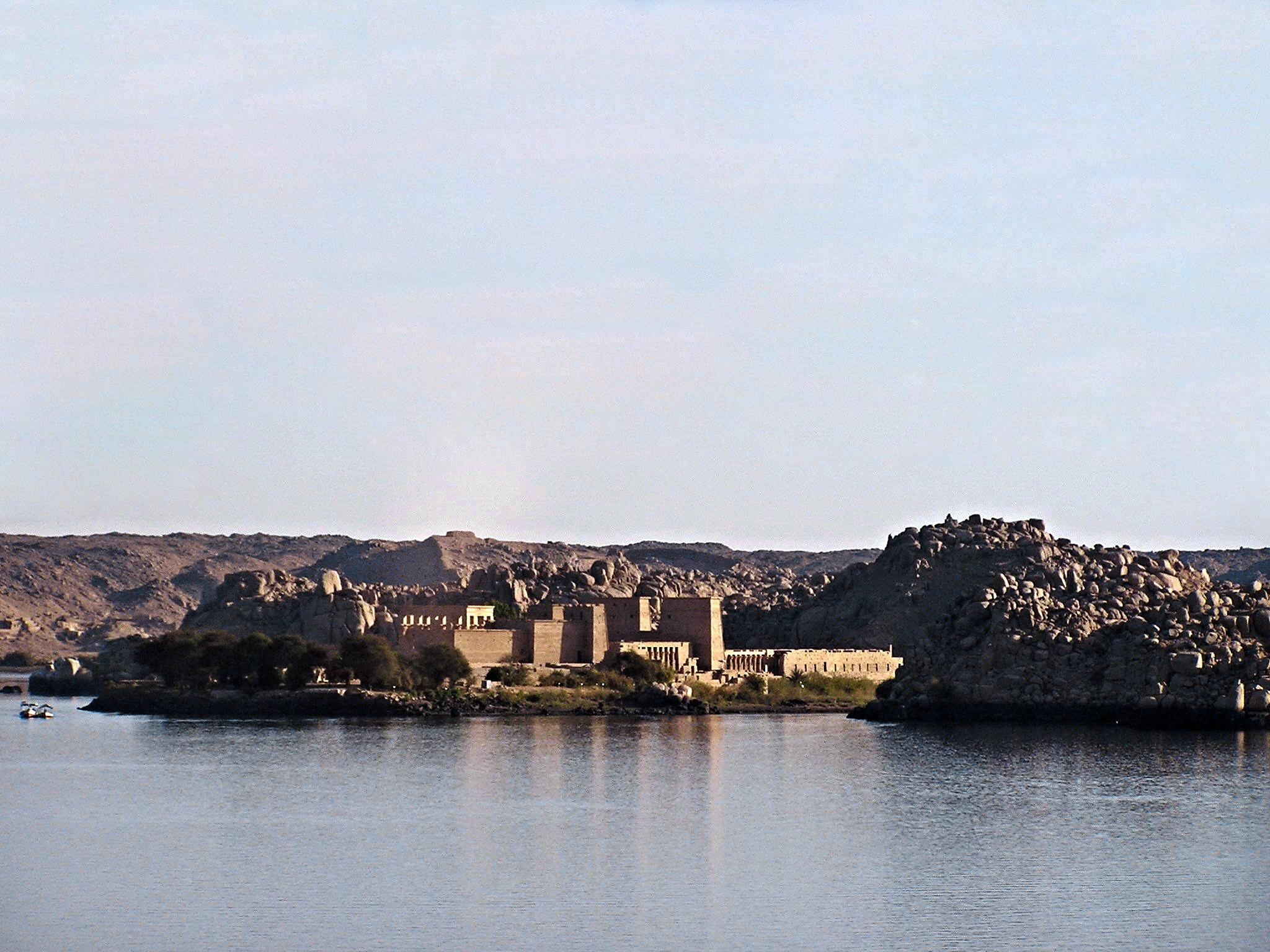 Templos de File desde el Nilo Asuan Aswan Egipto