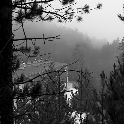balkans monochrome noiretblanc carré višegrad bosnie milice génocide guerre religion tour bâtiment forêt brume