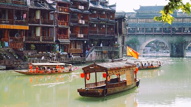 Đi thuyền trên sông ở Phượng Hoàng Cổ Trấn