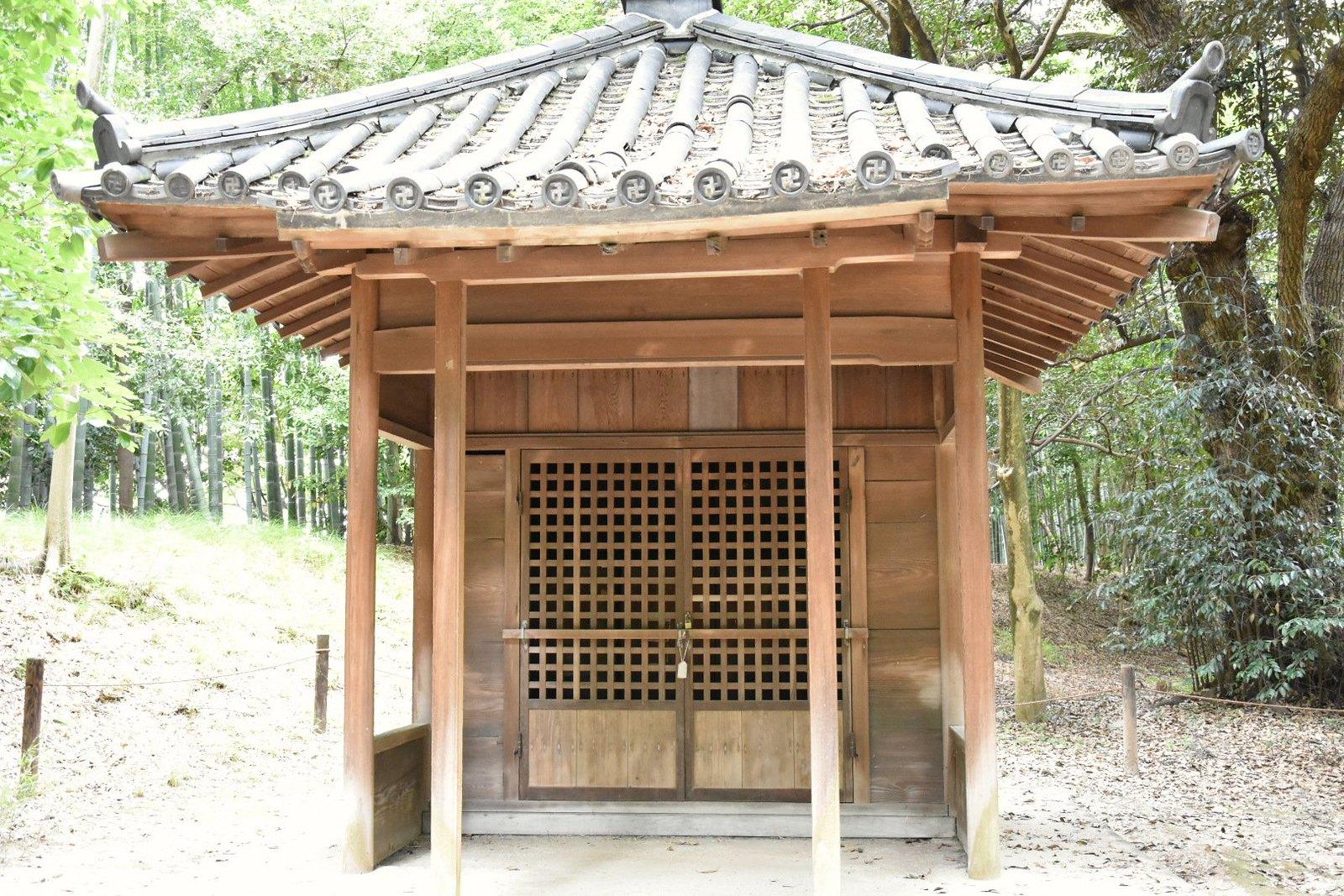 Jardins de Kôraku-en - petit sanctuaire bouddhiste (se reconnait aux svastikas)