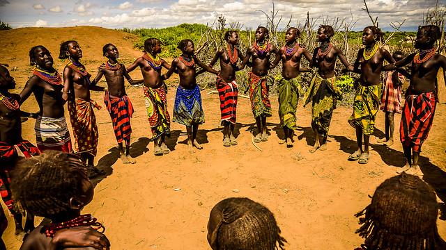 Bienvenida danzando, y claro que me apunté, pero primero la foto, Poblado Dassanech, Ethiopia