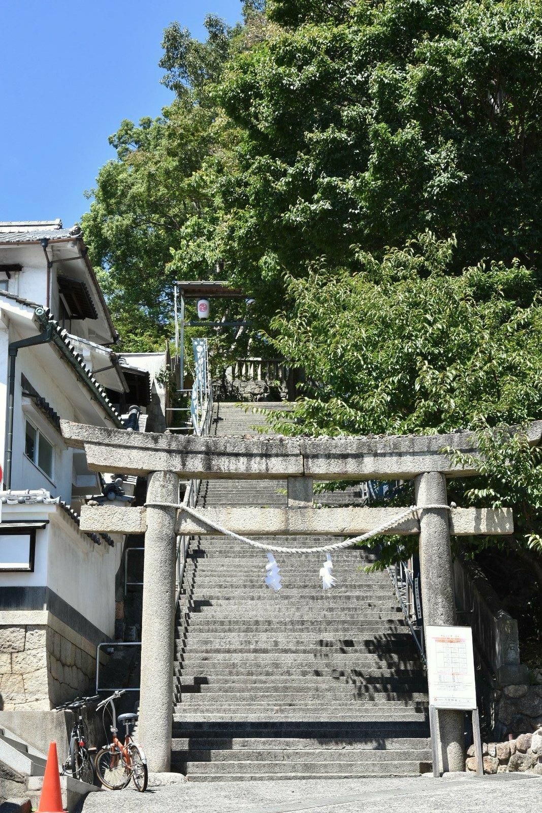 Kurashiki - Torii montant vers un sanctuaire d'Inari