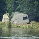 Von der Flut angespülter Wohnwagen in der Heisinger Ruhraue