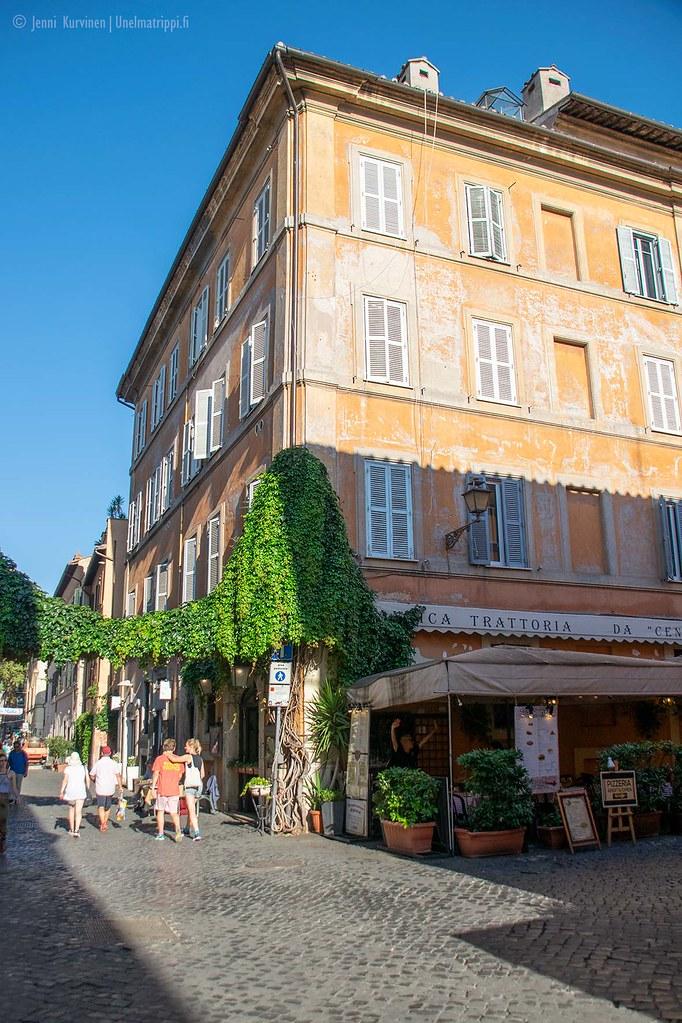 Trattoria rosoisen kadun kulmassa Trasteveressä