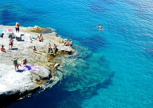 Ponzan kalliorantaa ja uskomatomman kirkas turkoosi meri   by helipekkarinen