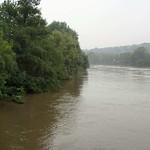 Trübe Fluten der Ruhr von der Kampmannbrücke aus gesehen