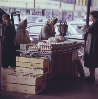 A customer examines eggs at the farmer's market, Ottawa, Ontario / Une consommatrice examine des œufs dans un marché fermier, Ottawa (Ontario)