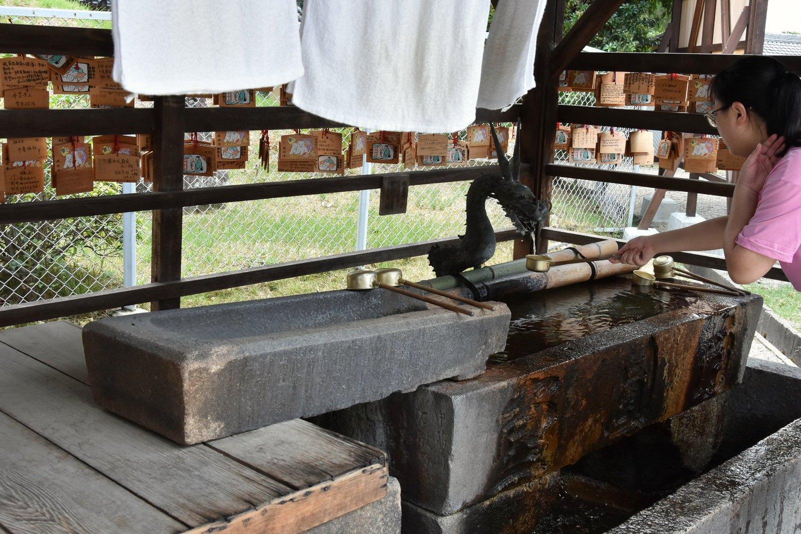 Nara - bassin à ablutions rituelles, Temple de Kofuku-ji