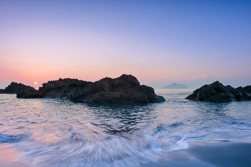 taiwan ilan waiao sunrise dawn scenery beach rock northeastcoast toucheng 台灣 宜蘭縣 頭城 外澳 龜山島 東北角海岸 日出 海灘 海浪 wave yilan guishanisland