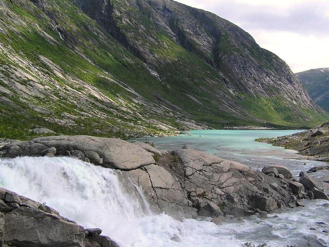 Jostedalsbreen smeltwater stroomt het meer in