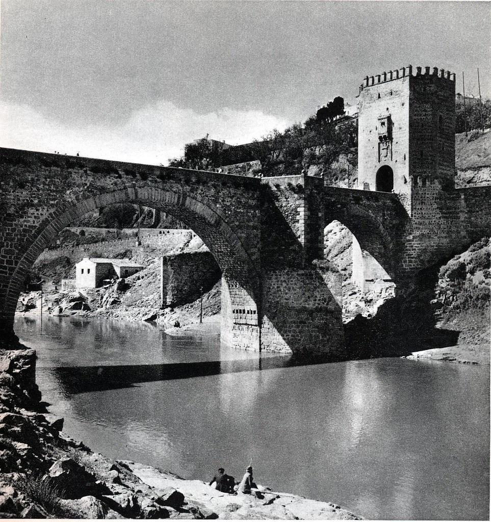 """Puente de Alcántara en Toledo hacia 1950. Fotografía de Emmanuel Boudot-Lamotte publicada en el libro """"Espagne"""" de Maurice Legendre"""
