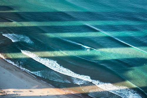ozean schatten nachmittag sonnenlicht wasser wellen surfer strand wolkenkratzer australien nikon d810 ocean shadow afternoon sunlight water waves beach skyscrapers australia blau blue grün green