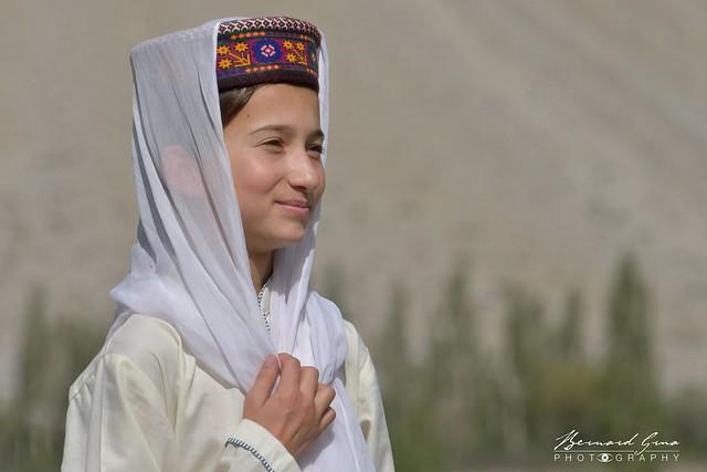 Ecolière Wakhi avec chapeau traditionnel dans la vallée de Hunza © Bernard Grua
