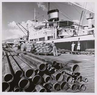 Canadian-made steel pipe is among cargo unloaded from a Canadian freighter, Kingston, Jamaïque / Un tuyau d'acier fabriqué au Canada parmi la cargaison déchargée d'un cargo canadien, Kingston (Jamaïque)