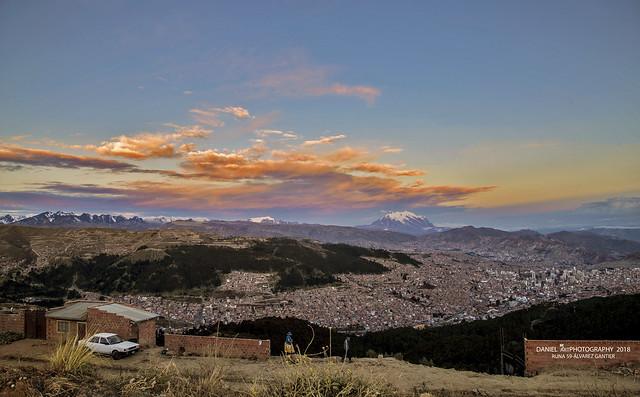 Crepúsculo sobre la metrópoli andina