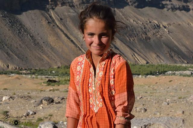 Le sourire de Nurina, une jeune fille wakhi de Zood Khun au-dessus du village © Bernard Grua