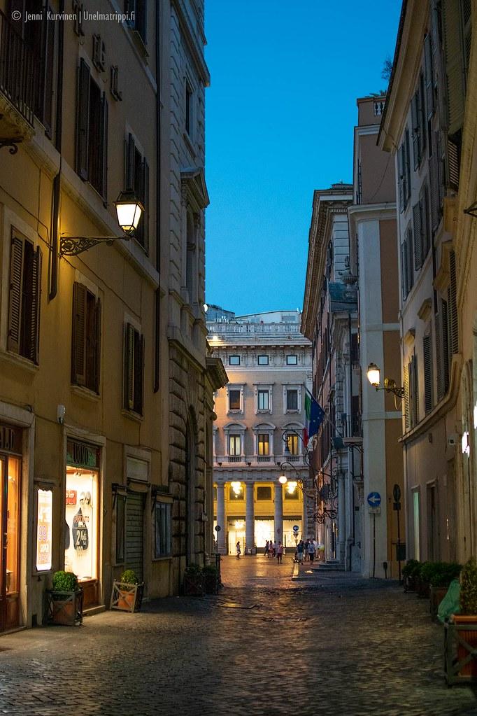 Tyhjä katu illalla Roomassa