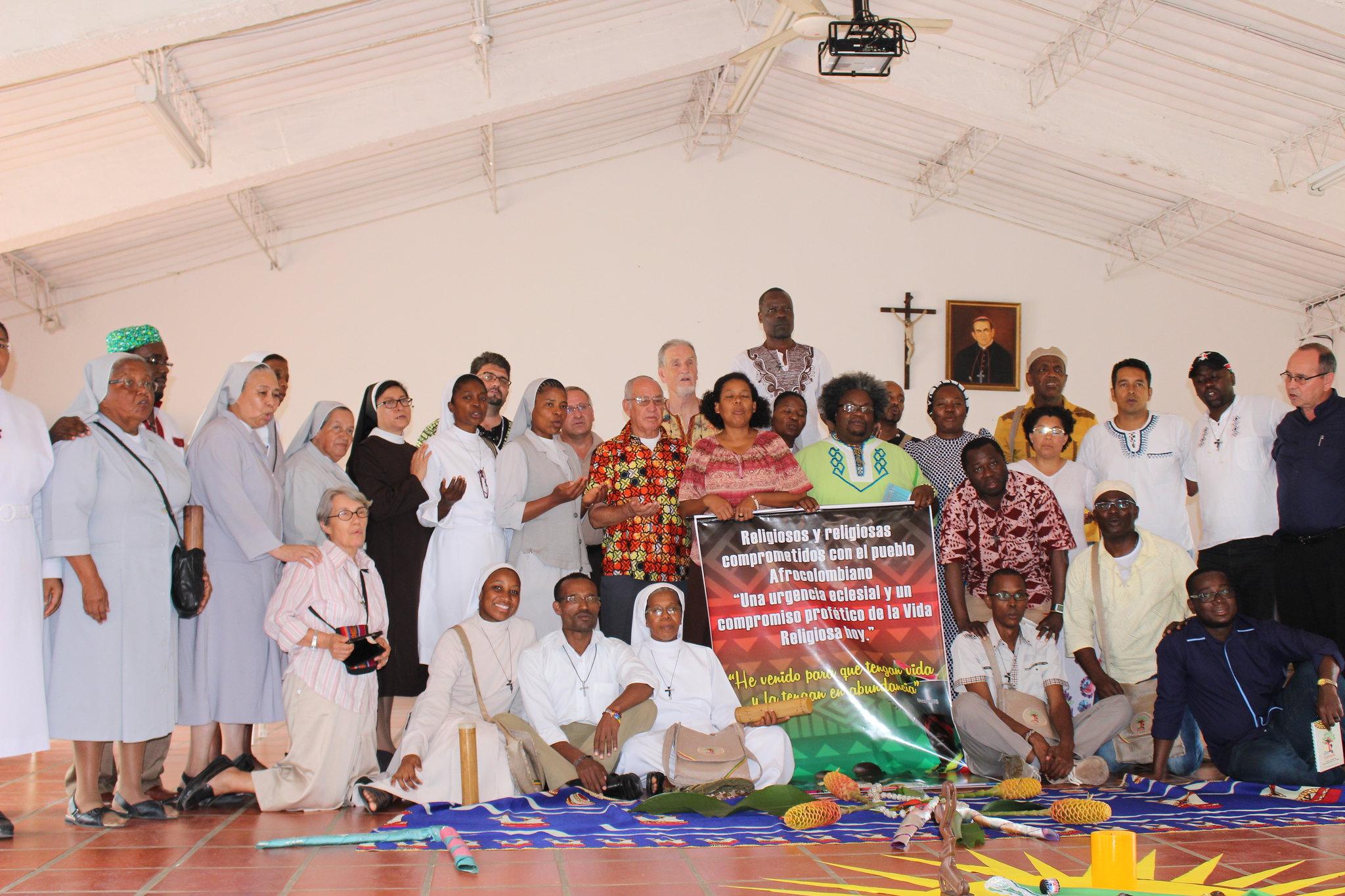 Foto de familia del Encuentro de Religiosas y Religiosos Comprometidos con la Pastoral Afro con su pendón, en el segundo día en el Seminario Mayor San Pedro Apóstol, de Cali.